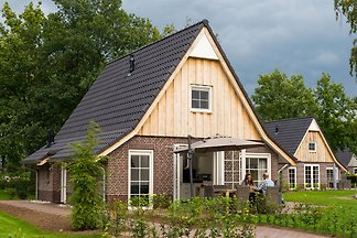 Schönes Haus mit Whirlpool in natürlicher...