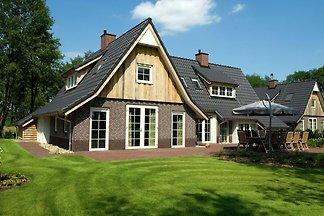 Schönes Haus mit einem dekorativen Kamin in d...
