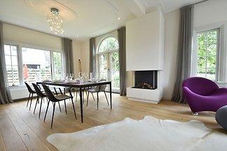 Herrschaftliche Villa am Waldrand in Bergen