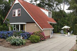 Schönes Ferienhaus mit großem Garten, nahe De...