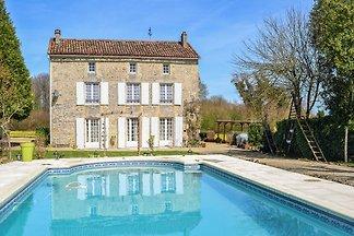 Charmante Villa in La Foret-de-Tesse mit Pool