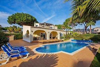 Schöne freistehende Villa mit 5 Schlafzimmern...