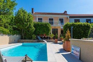 Urocza dom z prywatnym basenem, 120 m od...