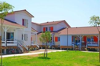 Farbenfrohe Ferienhäuser am Strand von...