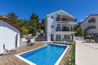 Komfortable Wohnung mit Pool und großer überd...