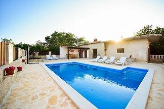 Geräumige Ferienwohnung mit eigenem Swimmingp...
