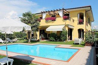 Schön eingerichtetes modernes Haus mit Pool b...