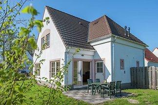 Traditionelle Villa mit Waschmaschine in Bad...