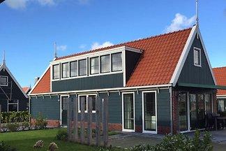 Charakteristisches Haus mit Sonnendusche, Alk...