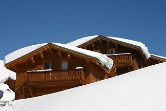 Schönes Chalet auf der sonnigen Bergseite am ...