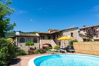 Geräumiges Ferienhaus in Cagli mit Garten
