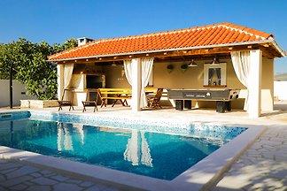 Luxuriöse Villa in Pridraga mit Swimmingpool
