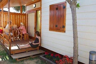 Holzchalet mit überdachte Terrasse, in...