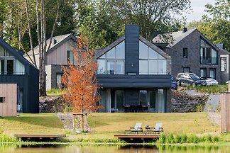 Luxusvilla mit Blick auf den Teich, in der Nä...