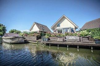 Schönes Haus mit Steg am Binnenwasser, nahe d...
