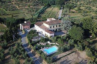 Komfortables Ferienhaus in Pistoia mit Pool