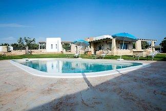 Luxuriöse Villa in Torre Suda mit Whirlpool