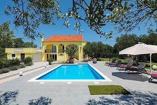 Geräumiges Ferienhaus in Policnik mit Pool