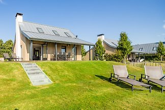 Moderne Lodge mit Kombi-Mikrowelle, im Nation...