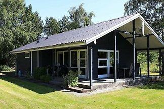 Moderne Hütte in Logstor mit Kamin