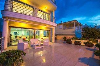 Luxuriöse Villa mit Hallenbad in Son Serra de...