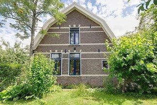 Ruhiges Ferienhaus mit Terrasse in Krabbendam