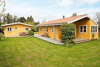 Reizvolles Ferienhaus in Bogø mit Terrasse
