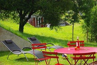 Modernes Ferienhaus in einer hügeligen Landsc...
