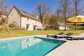 Luxe vakantiehuis in Veix met een...