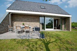 Schön eingerichtetes Haus mit Garten in wasse...