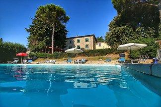 Ampio casolare a Gualdo Cattaneo con piscina ...