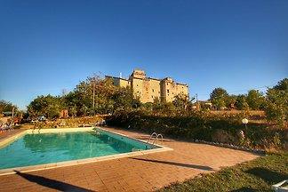 Mittelalterliche Burg mit Swimmingpool im Wal...