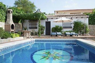 Landhausvilla mit Pool und Garten mit Aussich...