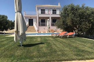 Moderne Villa mit Swimmingpool in Kamaria...