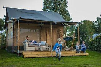 Gut eingerichtete Zelthütte mit Terrasse nahe...