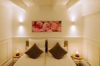 Rosenhof-Lodge garden suite white