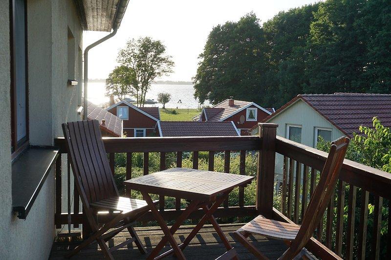 Balkon mit Blick zum See, in Richtung untergehende Sonne