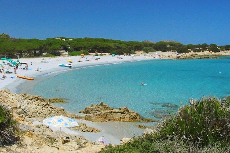 Die Hauptbucht Cala Liberotto mit Bar und Strandduschen, ein Traum