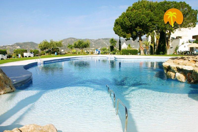 Beeindruckender Poolbereich mit Meerblick, Felseninsel, Wasserfällen, großzügigen Rasenliegeflächen sowie einem guten Restaurant/Bar