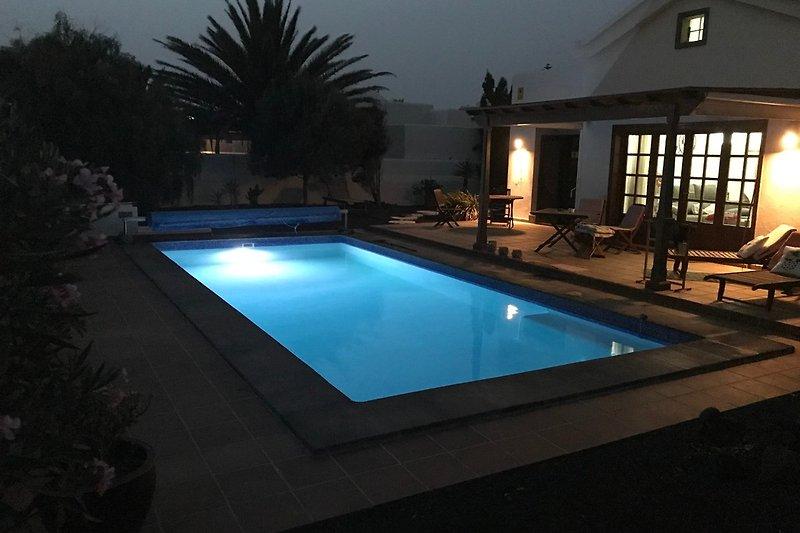 beleuchtbarer Pool bei Nacht