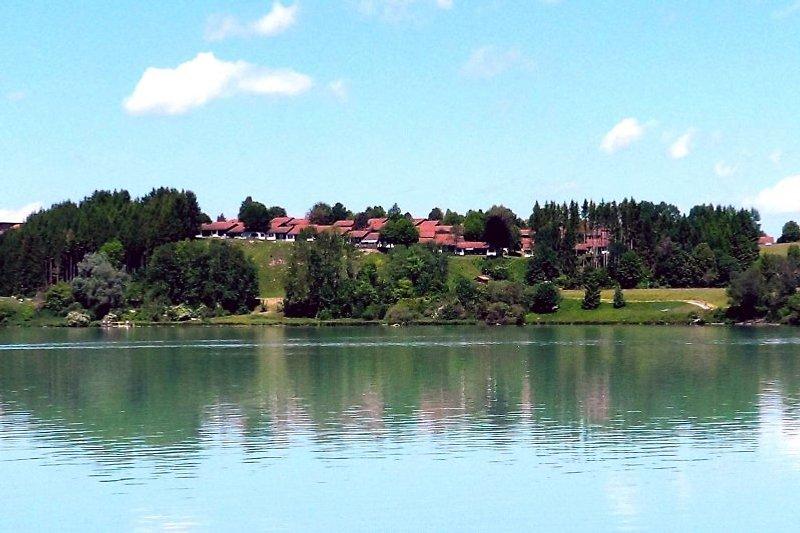Das Ferienhaus steht in vorderster Reihe zum Lechsee