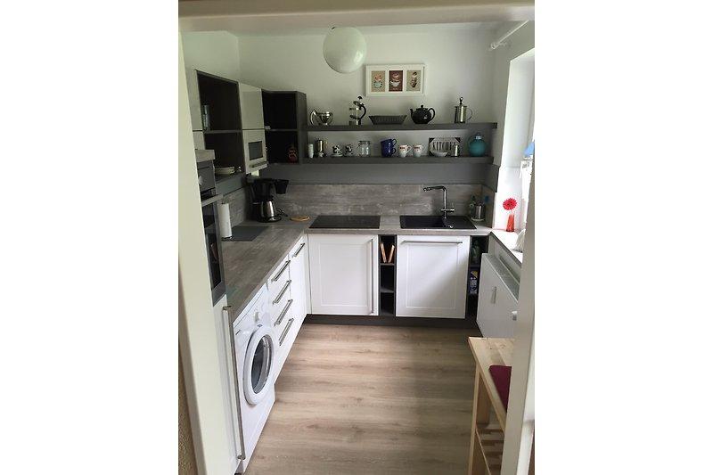 Frisch renovierte Küche mit modernen Geräten