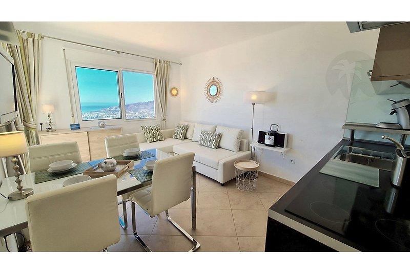 Wohnzimmer mit Panoramafenster, kostenfreiem Wlan-Wifi, deutschem ASTRA-TV, stylischem Ecksofa, großem Esstisch für 4 Personen