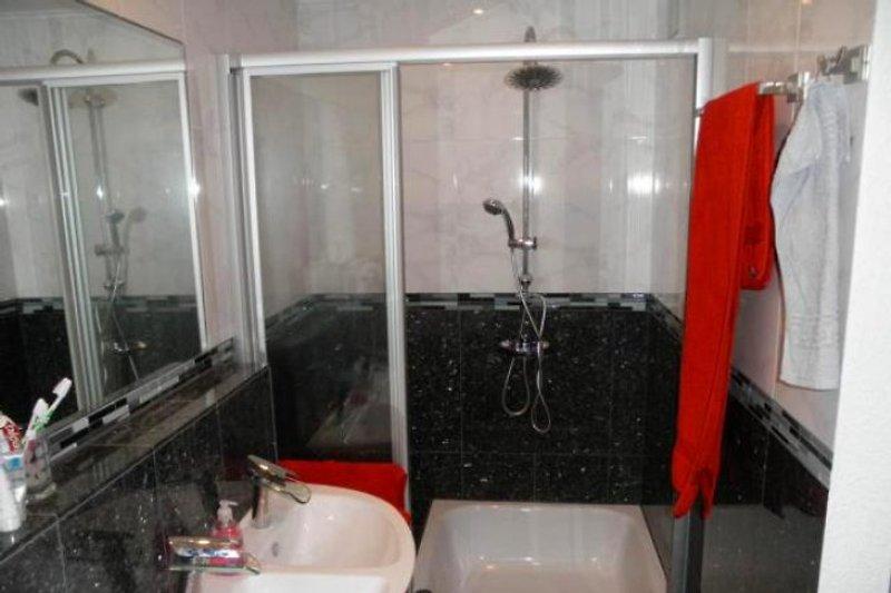 Granitbad im 1.OG mit Sitzgelegenheit, Echtglasduschwand, Regenwalddusche und Handbrause, Doppelwaschbecken, Fußbodenheizung.