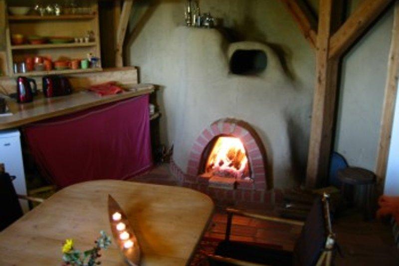 Aufenthaltsraum mit Küche und Kamin