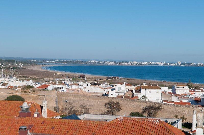 Blick auf den Strand Meia Praia