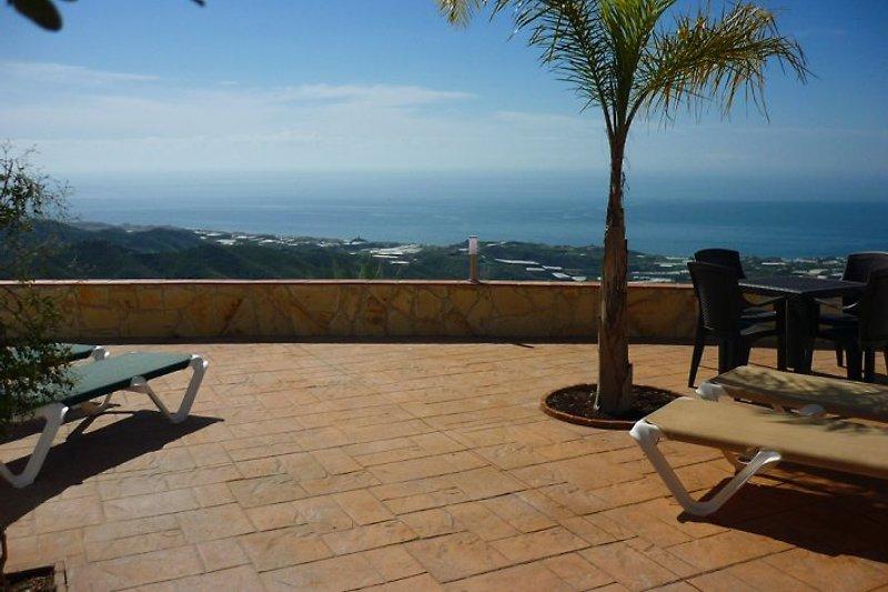 200 qm Terrassenflächen, 1 überdachte Terrasse, 1 Wintergarten für das Nebensaison-Frühstück in der Sonne, viele Gartenmöbel, 4 Sonnenliegen, gemauerter Außengrill, Pooldusche warm/kalt