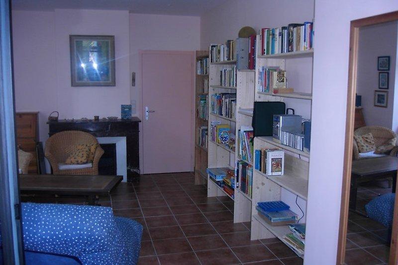 Wohnzimmer mit Bibliothek.