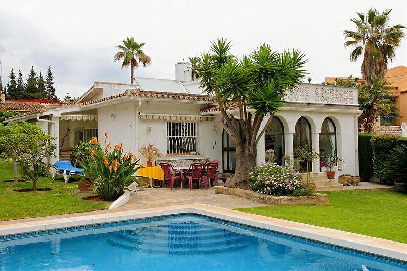Haus mit Garten umgeben