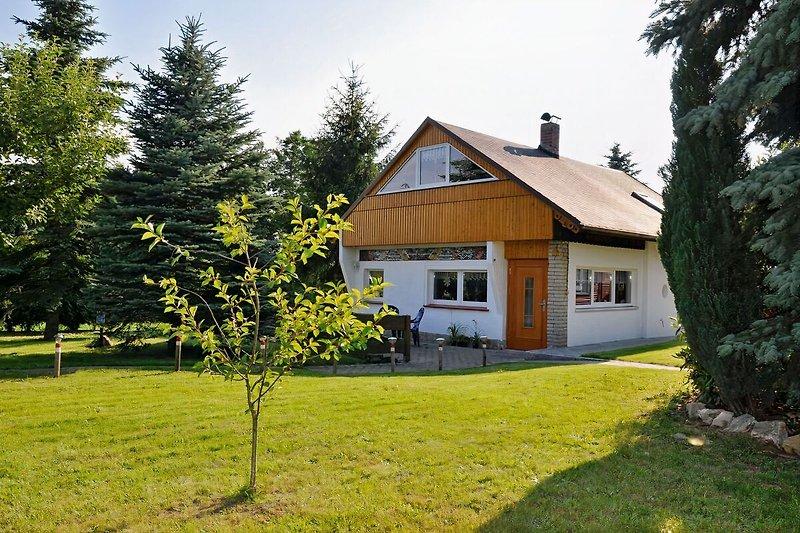 Blick aufs Ferienhaus mit Grundstück
